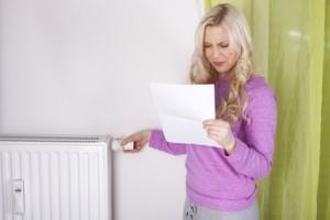 Frau erhält Heizkostenabrechnung